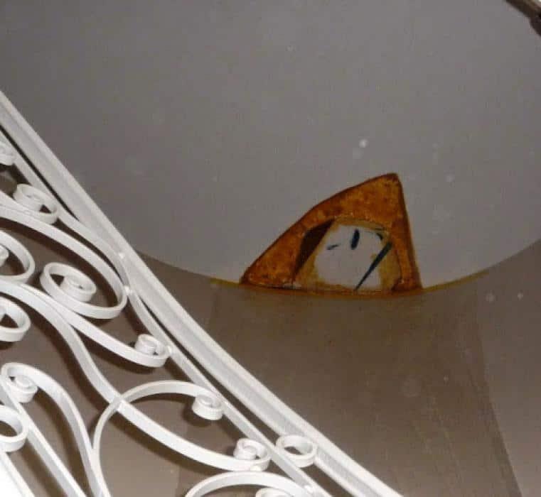 Dichtmaken van het gat in het plafond
