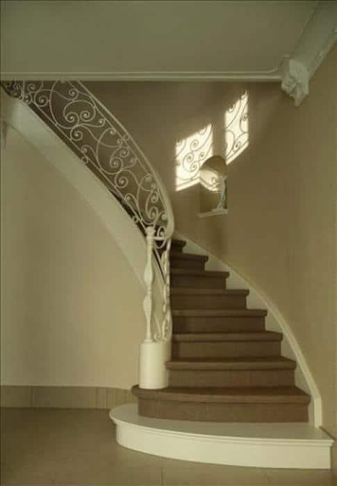 De afgewerkte trap en traphal