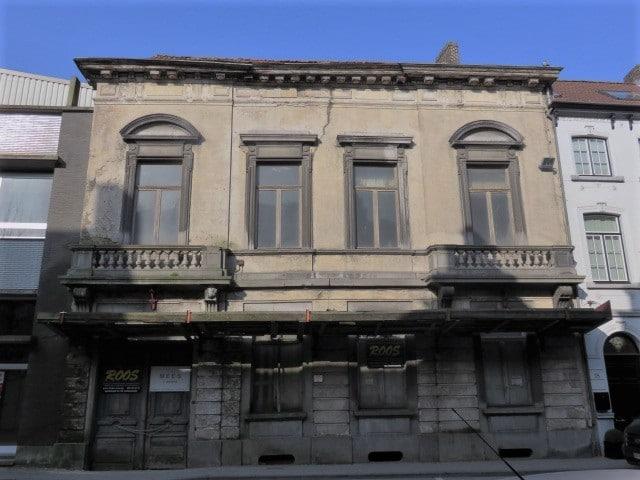 Neoclassicistische gevel in Oudenaarde (voor)